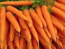 Im Freienmarkt in Paris mit frischen Karotten Stockfotografie