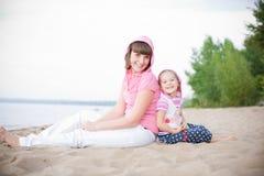 Im Freienportrait der glücklichen Mutter und ihrer Tochter Stockfotografie