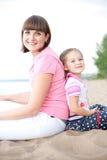 Im Freienportrait der glücklichen Mutter und ihrer Tochter Stockfoto