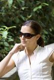 Im Freienportrait der hübschen Frau im Park Stockfotos