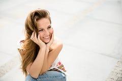 Im Freienportrait der jungen Frau Lizenzfreie Stockfotos