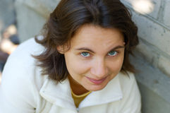 Im Freienportrait der jungen Frau Lizenzfreies Stockbild