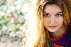 Im Freienportrait der jungen netten Frau Stockbild