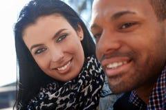 Im Freienportrait der jungen Paare Lizenzfreies Stockbild