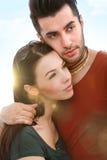 Im Freienportrait der jungen Paare lizenzfreie stockfotografie