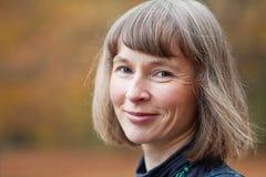 Im Freienportrait der lächelnden mittleren gealterten Frau Stockfotos