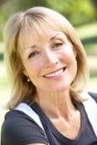 Im Freienportrait der lächelnden älteren Frau Stockfotos