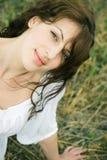 Im Freienportrait der schönen Frau auf dem Gebiet Stockfotos