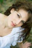 Im Freienportrait der schönen Frau auf dem Gebiet Lizenzfreie Stockfotografie