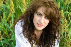 Im Freienportrait der schönen Frau auf dem Gebiet Stockfotografie