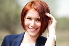 Im Freienportrait der schönen Frau mit dem roten Haar Stockfotos