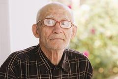 Im Freienportrait des älteren Mannes lizenzfreie stockbilder