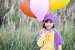 Im Freienportrait des kleinen Mädchens mit Ballonen Stockfotografie