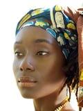 Im Freienportrait des Kopfschals der recht schwarzen Frau Lizenzfreie Stockfotografie