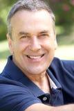 Im Freienportrait des lächelnden älteren Mannes lizenzfreies stockfoto