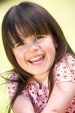 Im Freienportrait des lächelnden jungen Mädchens Lizenzfreies Stockbild
