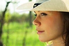 Im Freienportrait des schönen Cowgirls der jungen Frau Lizenzfreie Stockbilder