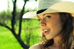 Im Freienportrait des schönen Cowgirls der jungen Frau Stockfoto