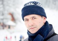 Im Freienportrait des Winterschnees des Mannes stockfotografie