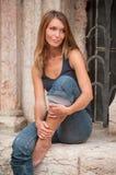 Im Freienportrait einer jungen Frau Lizenzfreie Stockbilder