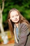 Im Freienportrait einer jungen Frau Stockbild