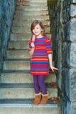 Im Freienportrait eines netten kleinen Mädchens Lizenzfreie Stockfotografie