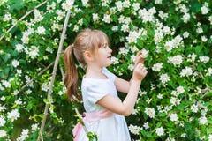 Im Freienportrait eines netten kleinen Mädchens Lizenzfreie Stockbilder