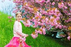 Im Freienportrait eines netten kleinen Mädchens Stockbild