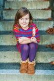 Im Freienportrait eines netten kleinen Mädchens Stockfotos