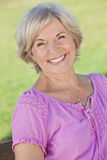 Im Freienportrait-glückliche ältere Frau Stockfoto