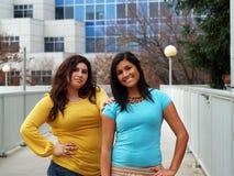 Im Freienportrait mit zwei hispanischen Schwestern Lizenzfreies Stockbild
