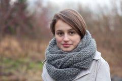 Im Freienportrait - nette junge Frau, die Sie betrachtet lizenzfreies stockbild