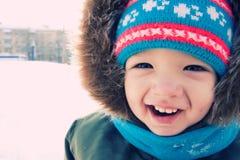Im Freienschneewinter des Jungen. Weihnachtszeit Stockfoto