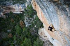 Im Freiensport Kletterer, der einen Rest auf einer Klippe hat Extremes Sportklettern stockbilder
