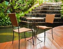 Im Freienstuhl im Garten Stockfoto