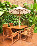 Im Freienstuhl im Garten Lizenzfreies Stockbild