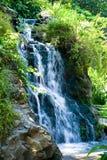 Im Garten arbeitenwasserfall lizenzfreie stockfotografie