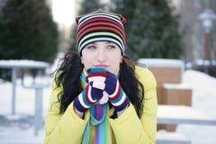 Im Gedanken ein Mädchen im Winter verloren Stockfotos