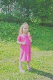 Im gehenden Park das Baby isst, Eiscreme Stockfotos