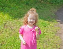 Im gehenden Park das Baby mit Eiscreme Stockfotos
