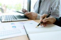 Im Geschäftslokalgeschäftsmann, wenn Analysediagramm getroffen wird lizenzfreie stockfotografie