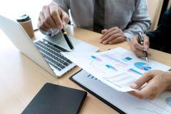 Im Geschäftslokalgeschäftsmann, wenn Analysediagramm getroffen wird stockfoto