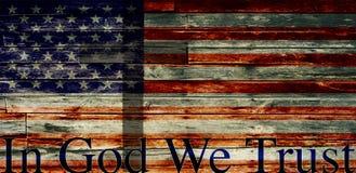 IM GOTT VERTRAUEN WIR, maserten verblaßter amerikanischer Flagge mit Kreuz Lizenzfreie Stockbilder