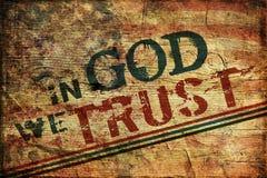 Im Gott vertrauen wir Schmutz-Hintergrund Stockbild