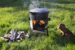 Im Großen Kessel draußen kochen im Sommer Lizenzfreie Stockfotos