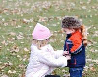 Im Herbst warm halten stockbild