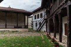 Im Hof des mittelalterlichen orthodoxen Klosters von Rozhen, nahe Melnik stockbild