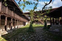 Im Hof des mittelalterlichen orthodoxen Klosters von Rozhen, nahe Melnik lizenzfreies stockfoto