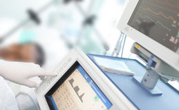 Im ICU. Doktor ändert die Parameter Lizenzfreie Stockfotos