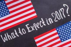 Im Jahre 2017 auf dem Kreidebrett und US-Flagge zu erwarten was, Stockbild